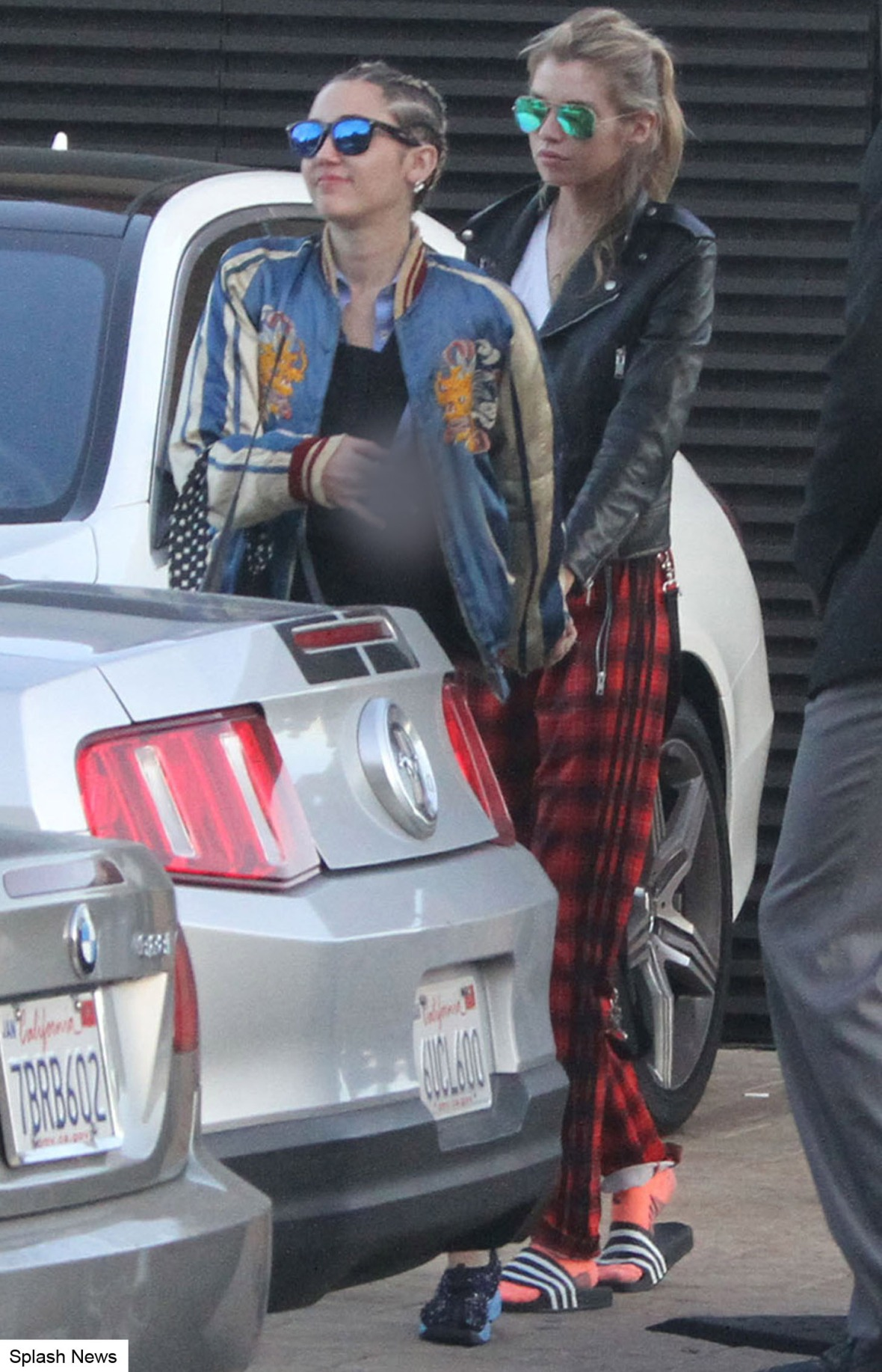 miley cyrus stella maxwell hold hands 1