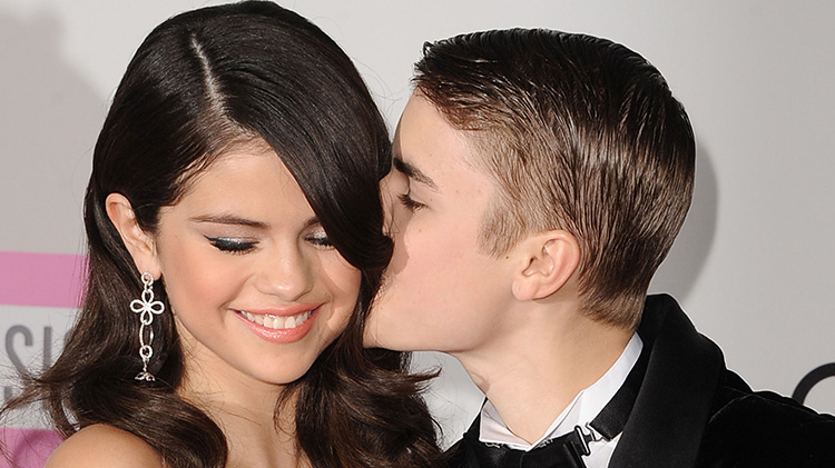 Justin Bieber kissing Selena Gomez