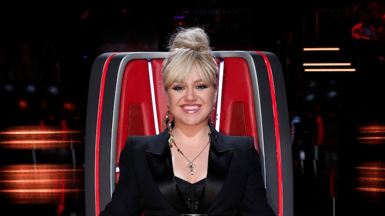 97eb32453ea9d Guys, Kelly Clarkson Isn't Pregnant — She Just Gets Really Emotional on  'The Voice'