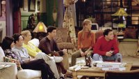 The cast of Friends in the living room