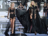Taylor Swift and Karlie Kloss on the runway