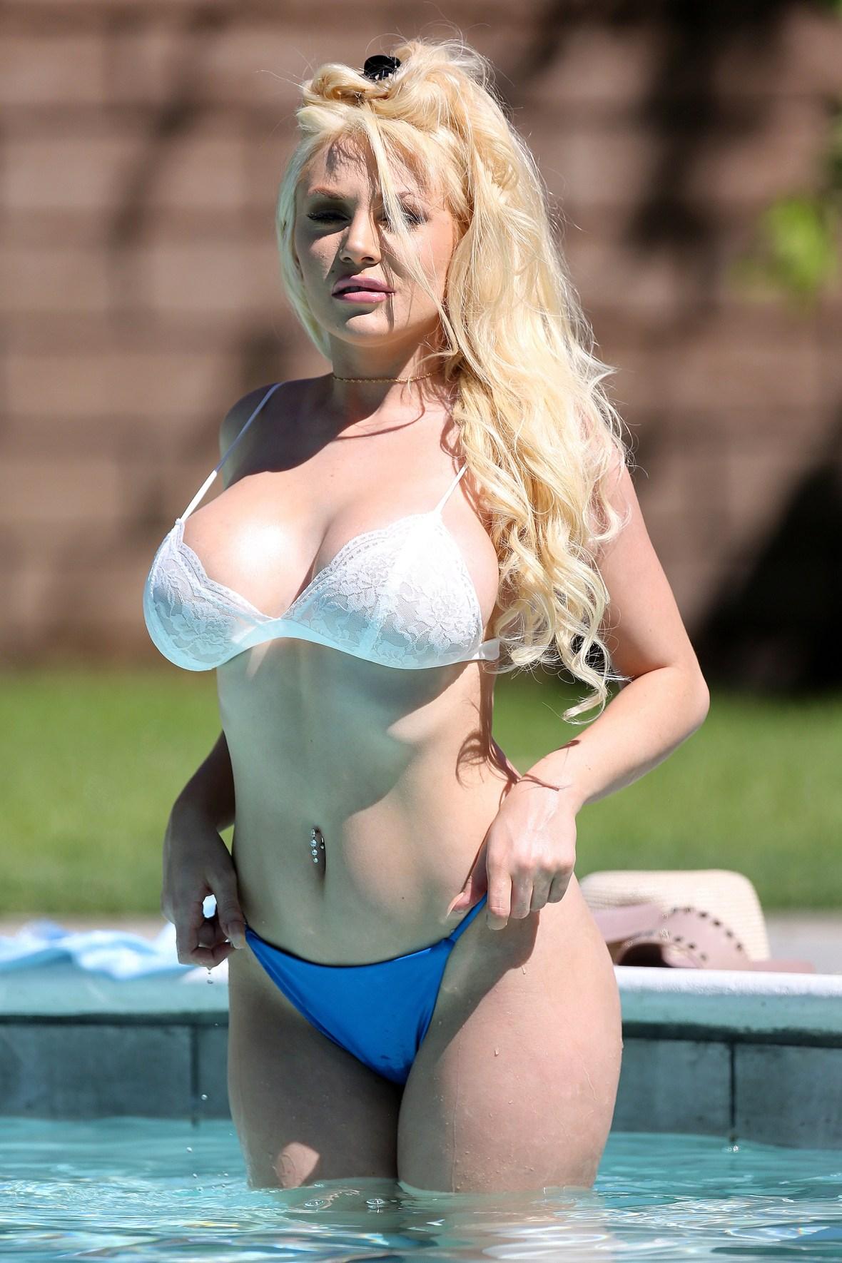 courtney stodden pool bikini palm springs figure actress flaunts divorce ok before
