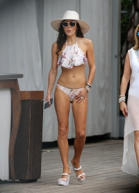 Bethenny Frankel Rocks A Bikini As The Other 'Real Housewives' Enjoy Drinks By The Pool In Miami