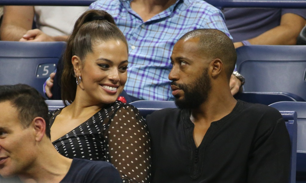 Ashley Graham sitting with husband Justin Ervin at the 2018 US open