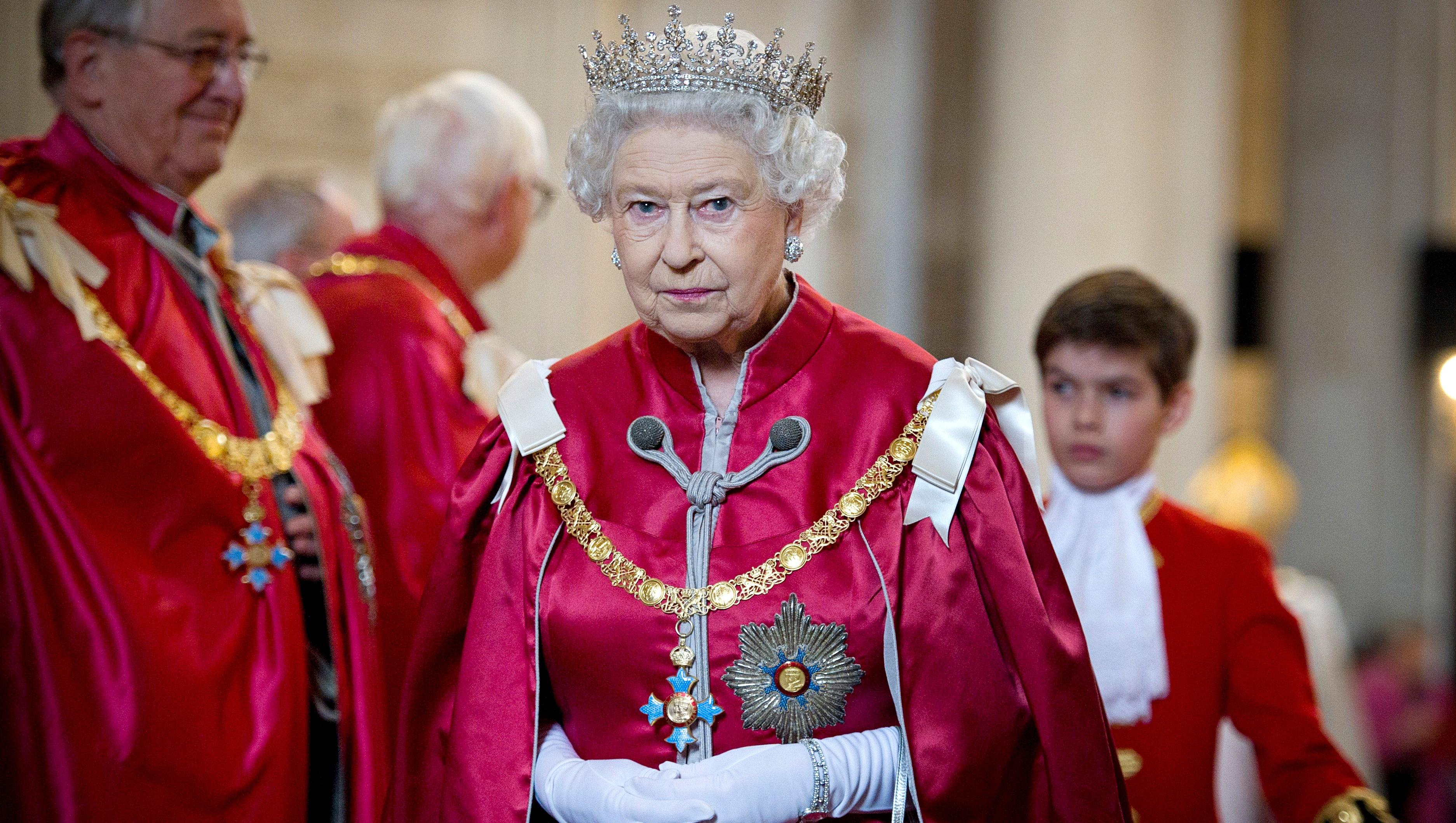 Queen Elizabeth, Traditional Attire, Crown