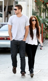 Miley Cyrus Liam hemsworth walking in white tshirts