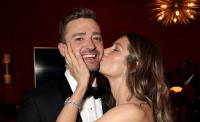 Jessica Biel kissing Justin TImberlake on the cheek