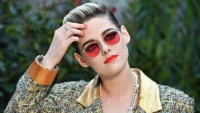 Kristen Stewart Looks Effortlessly Chic Rockin' A Short 'Do And Bright Makeup