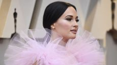 is kacey musgraves at the oscars 2019 see her pink dress
