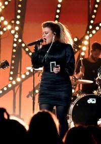 Kelly Clarkson hosting BBMAs