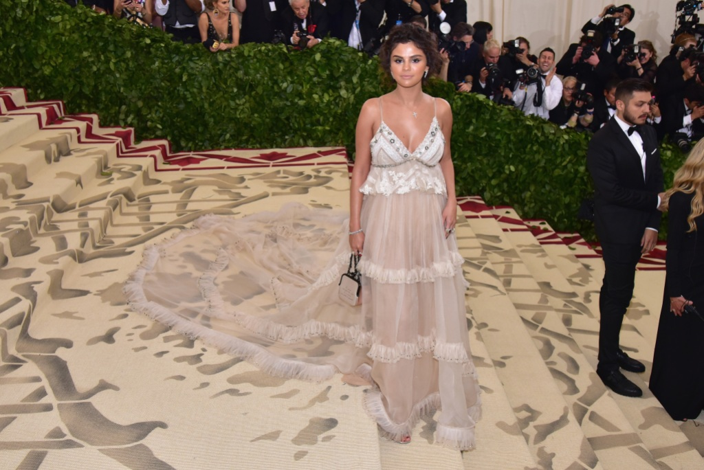 Selena Gomez met gala tan dress spray tan