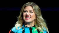 Kelly Clarkson Shows Off Her Curves in Hip-Hugging Outfit