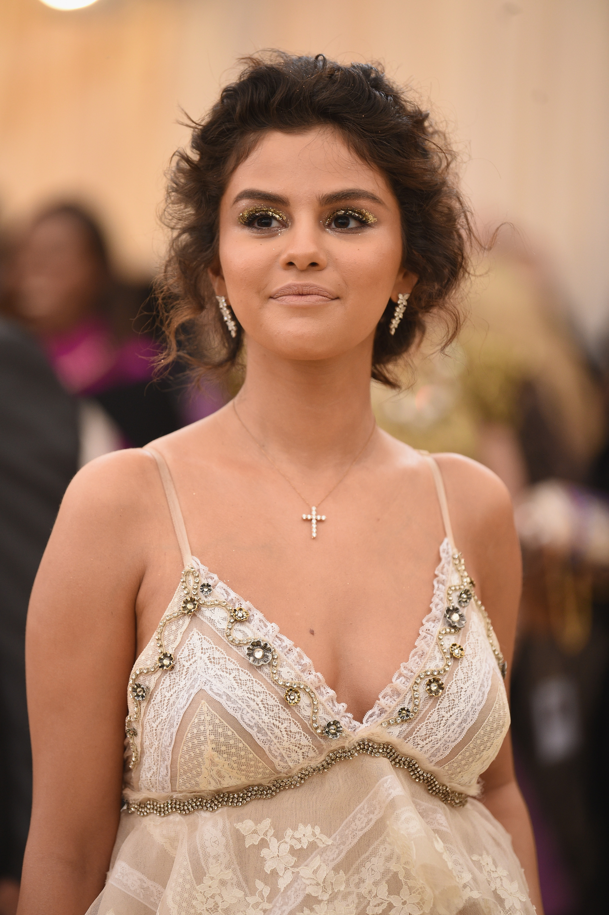 selena gomez boobs Selena Gomez flashes her side-boob as she ditches her bra ...