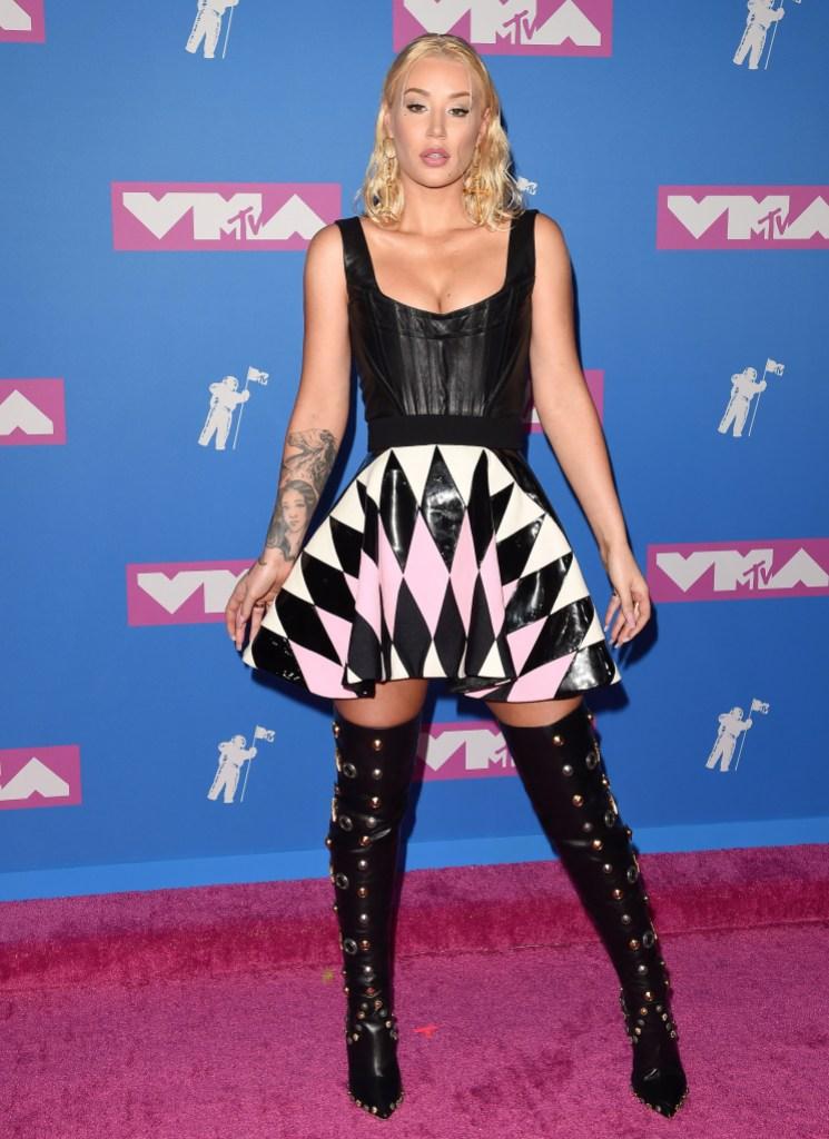 Iggy Azalea breasts plastic surgery topless phtoos vma awards dress