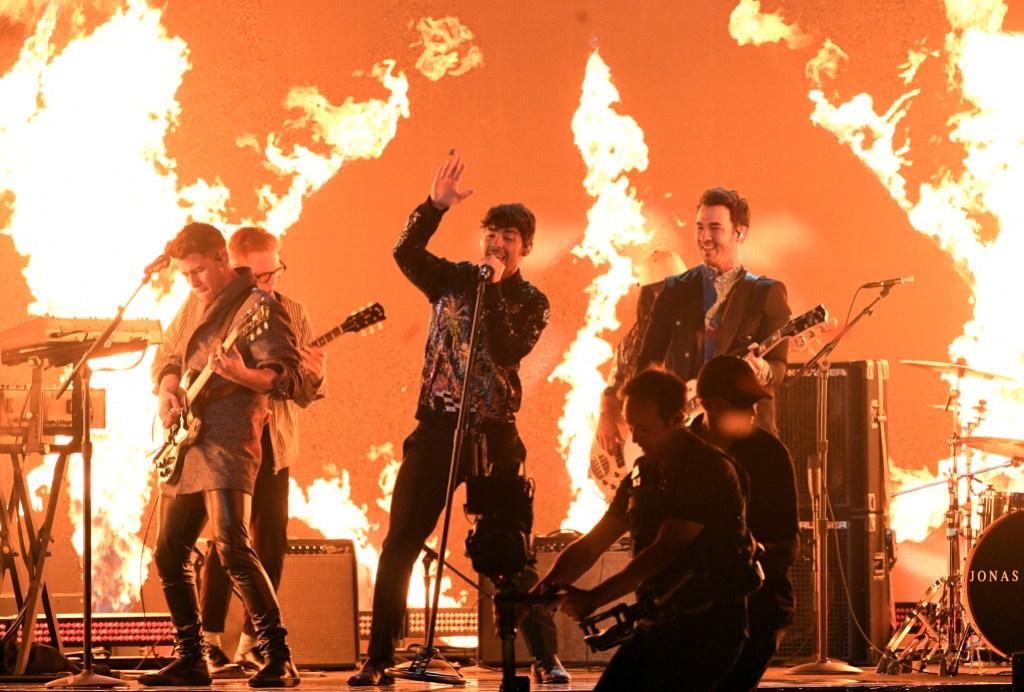 Jonas brothers 2019 Billboard Music Awards performance nick jonas joe jonas kevin jonas