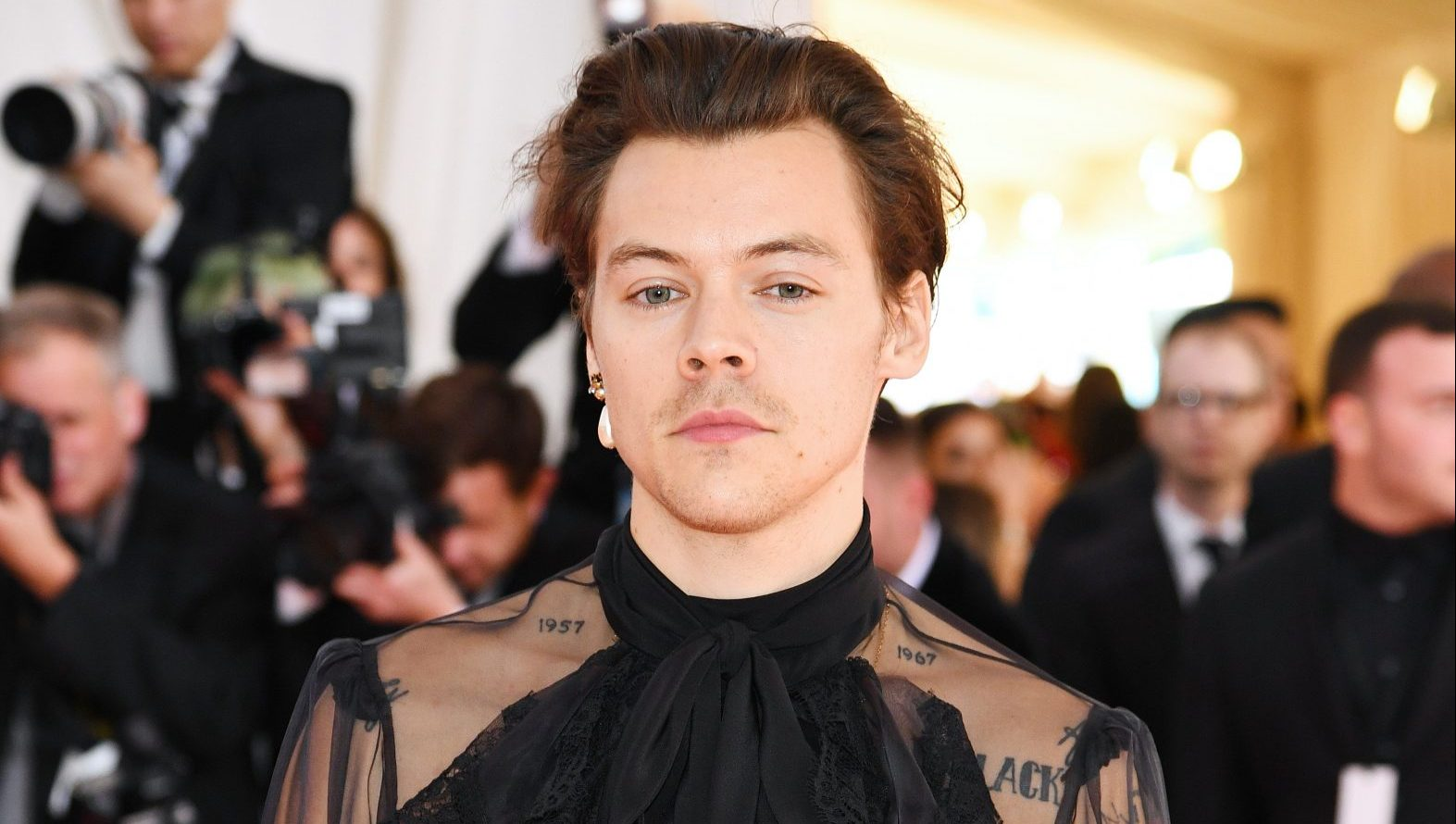 ae99a88c4aa Harry Styles  Subtle 2019 Met Gala Look From Gucci Is All About Pearl and  Lace