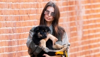 Emily-Ratajkowski-Tearfully-Drops-Her-Dog-Off-at-the-Vet