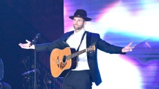 Jed Wyatt Carrying Guitar on 'The Bachelorette'