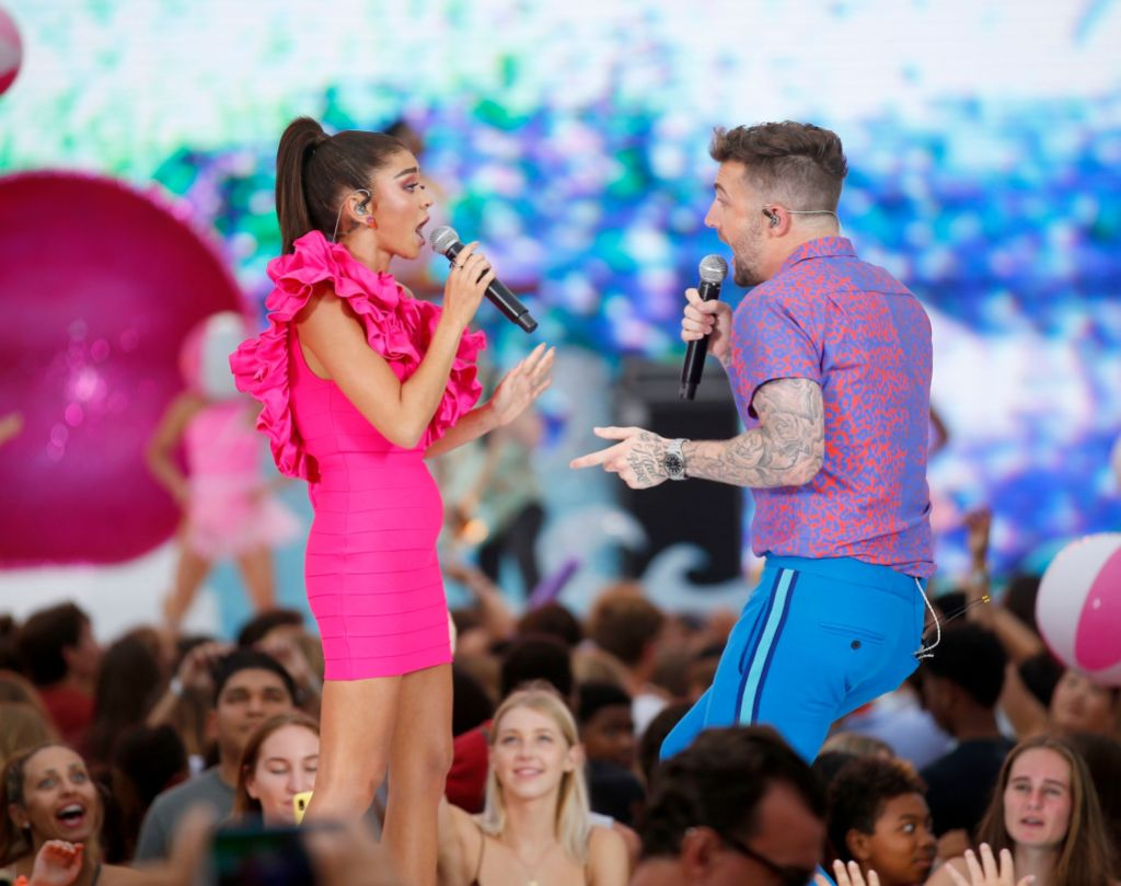 Sarah Hyland Performs With Jordan McGraw at Teen Choice Awards With No Spanx