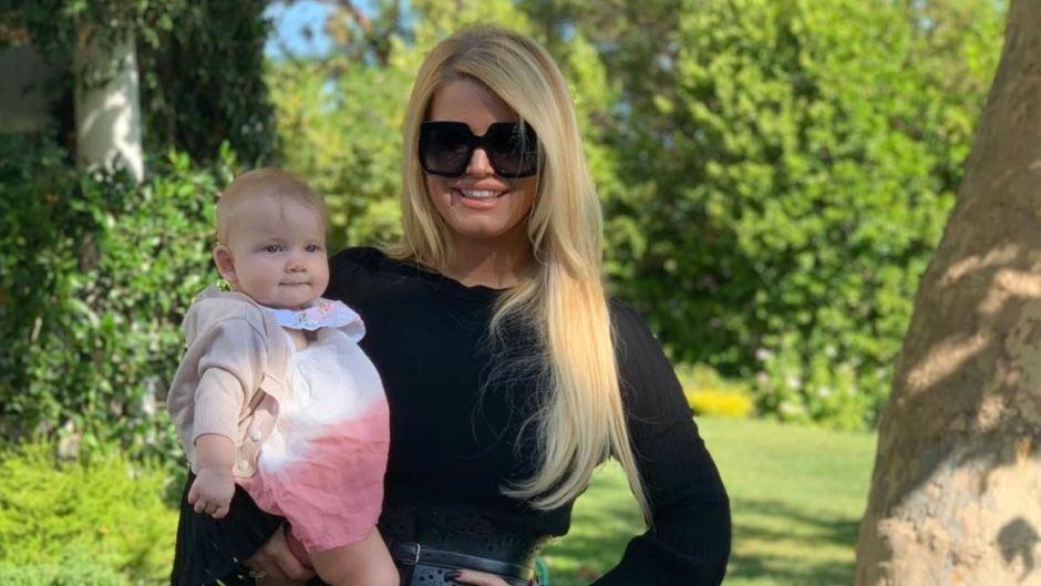 Jessica Simpson carrying her Daughter Birdie