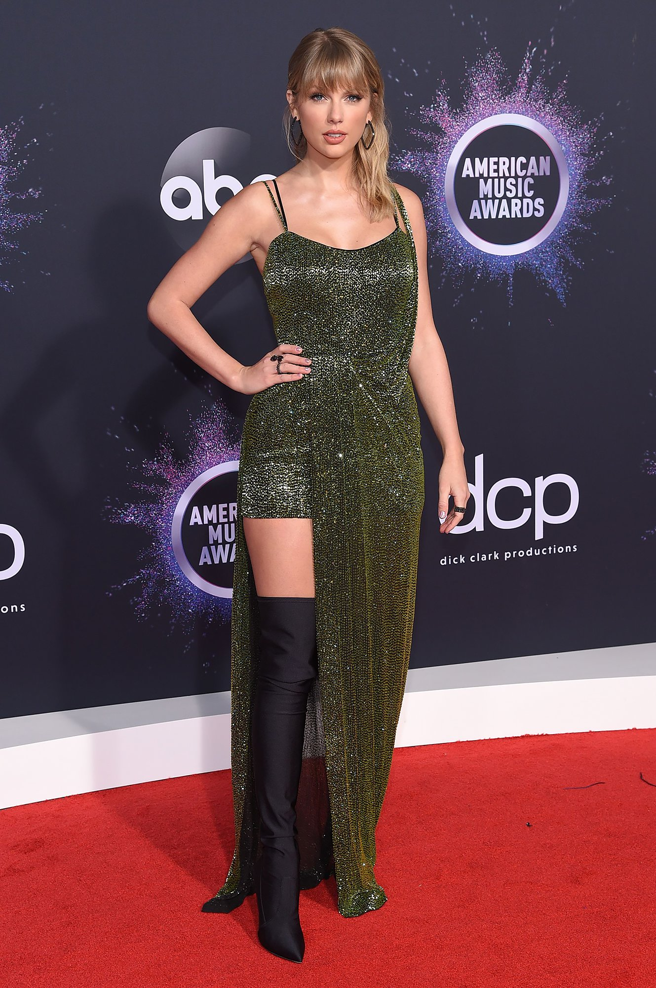 Taylor Swift S 2019 Amas Red Carpet Look Metallic Green