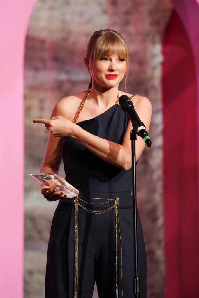 Taylor Swift Wears Blue Jumpsuit At Billboard S 2019 Women In Music
