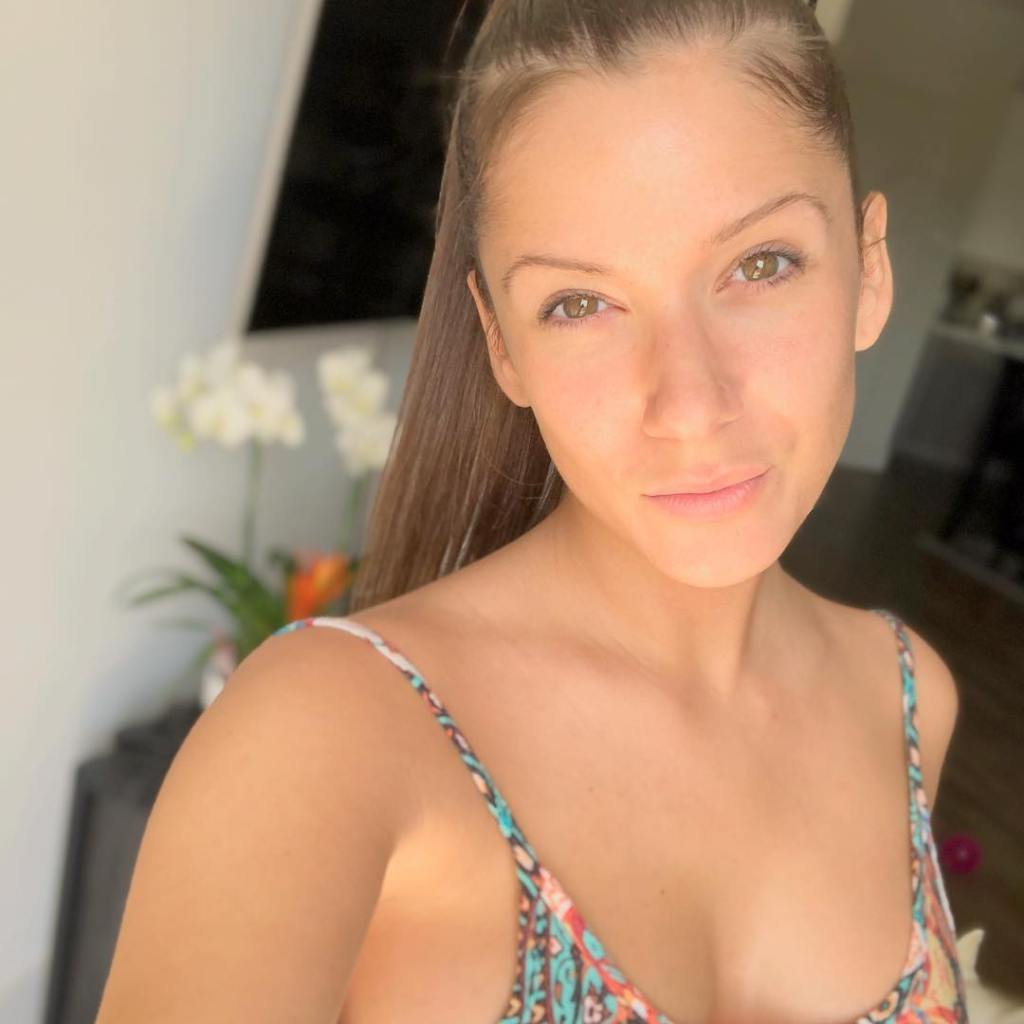 Amber Pike from Love is Blind Snaps a Makeup-Free Selfie