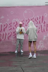 hailey-baldwin-justin-bieber-photoshoot-pink-mural-la