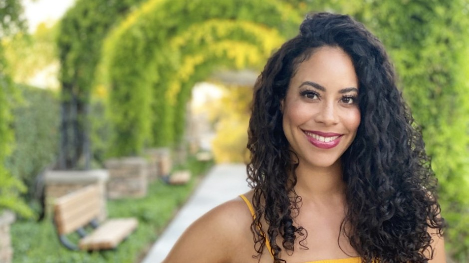 Bachelor Contestant Leslie Hughes Smiles in Yellow Shirt and Pretty Green Arches