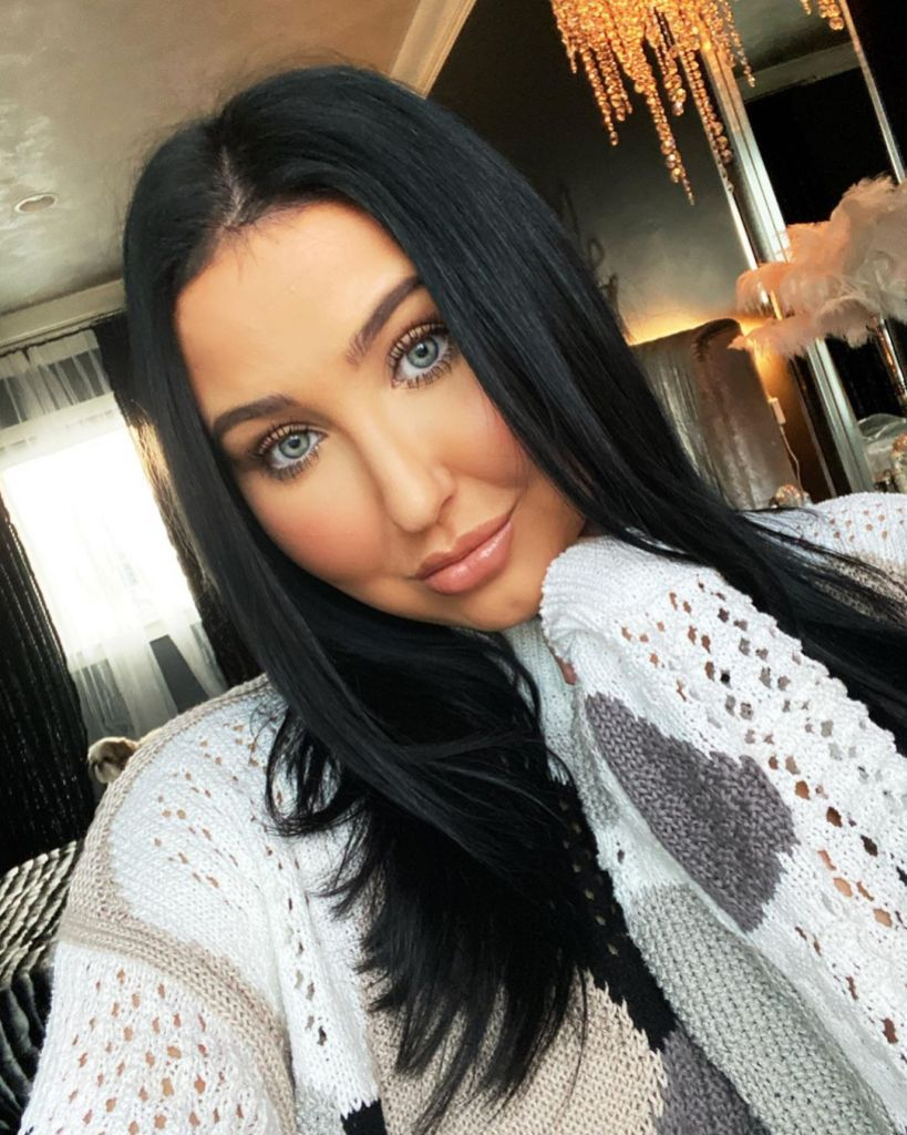 YouTuber Jaclyn Hill selfie With Straight Dark Hair and Glam Makeup