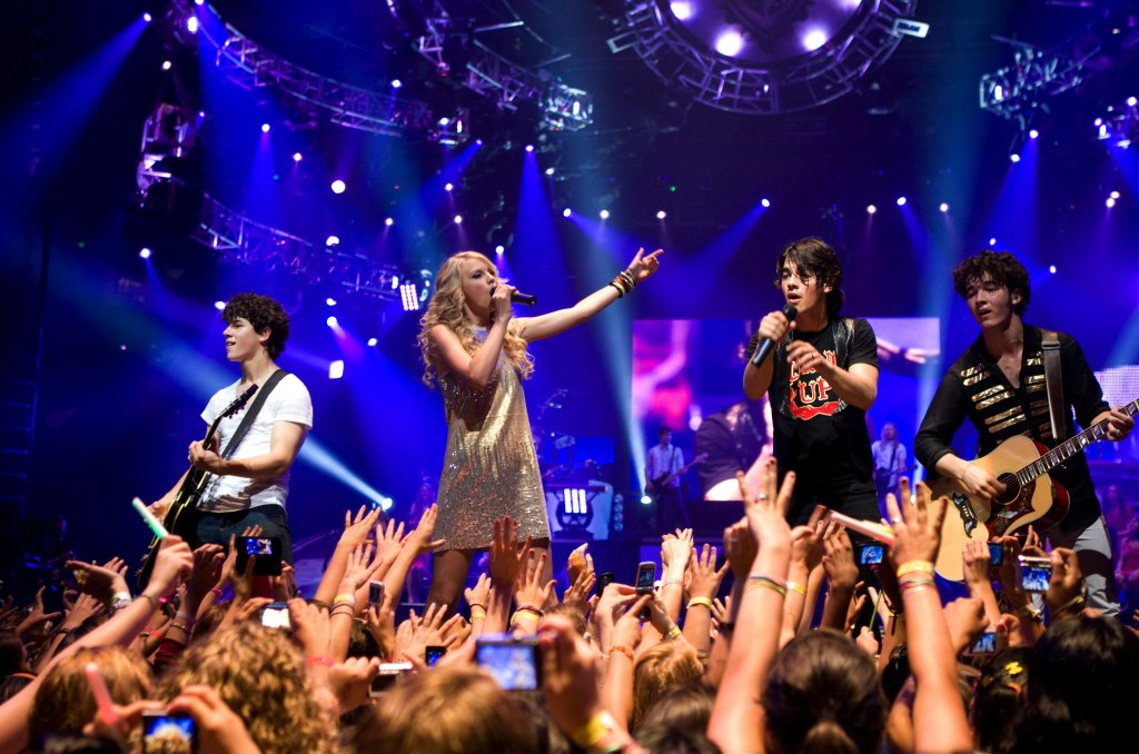 Young Taylor Swift and Jonas Brothers Performing Together