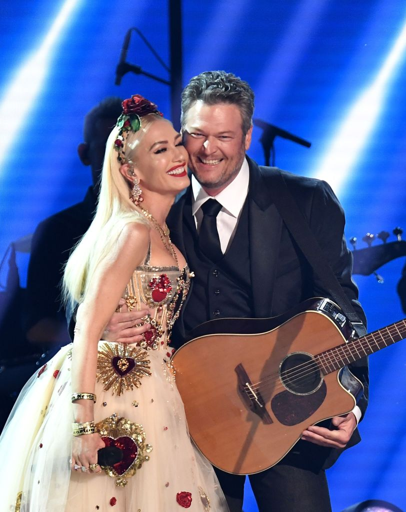 Gwen Stefani Kisses Blake Shelton