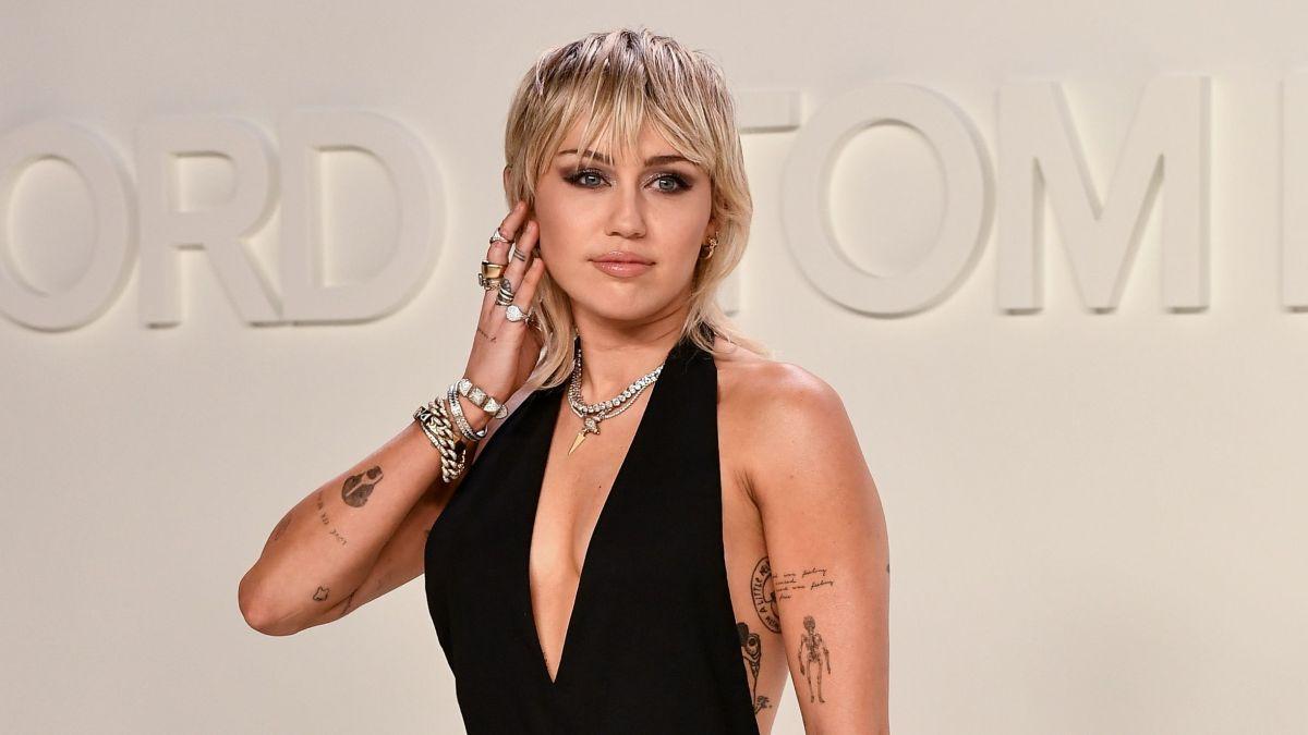 Miley Cyrus   Miley cyrus, Miley, Mirror selfie