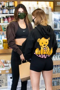 kendall-jenner-hailey-baldwin-bieber-get-smoothies-in-workout-clothes-athleisure