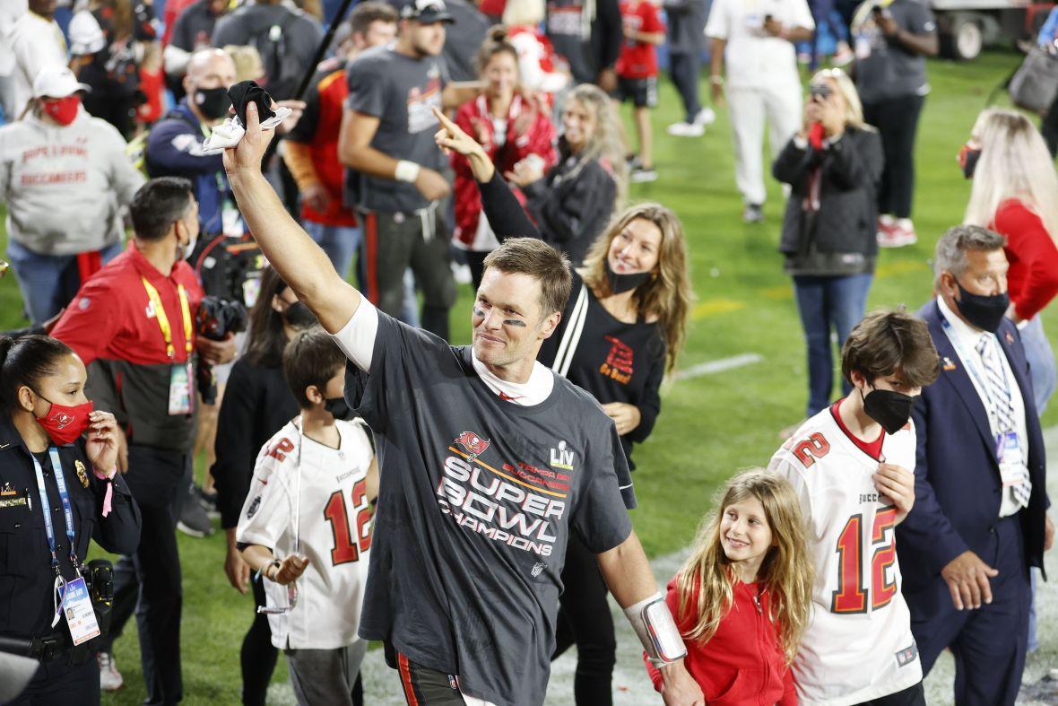 Tom Brady and Gisele Bundchen Kissing Photos After Super Bowl LV 3