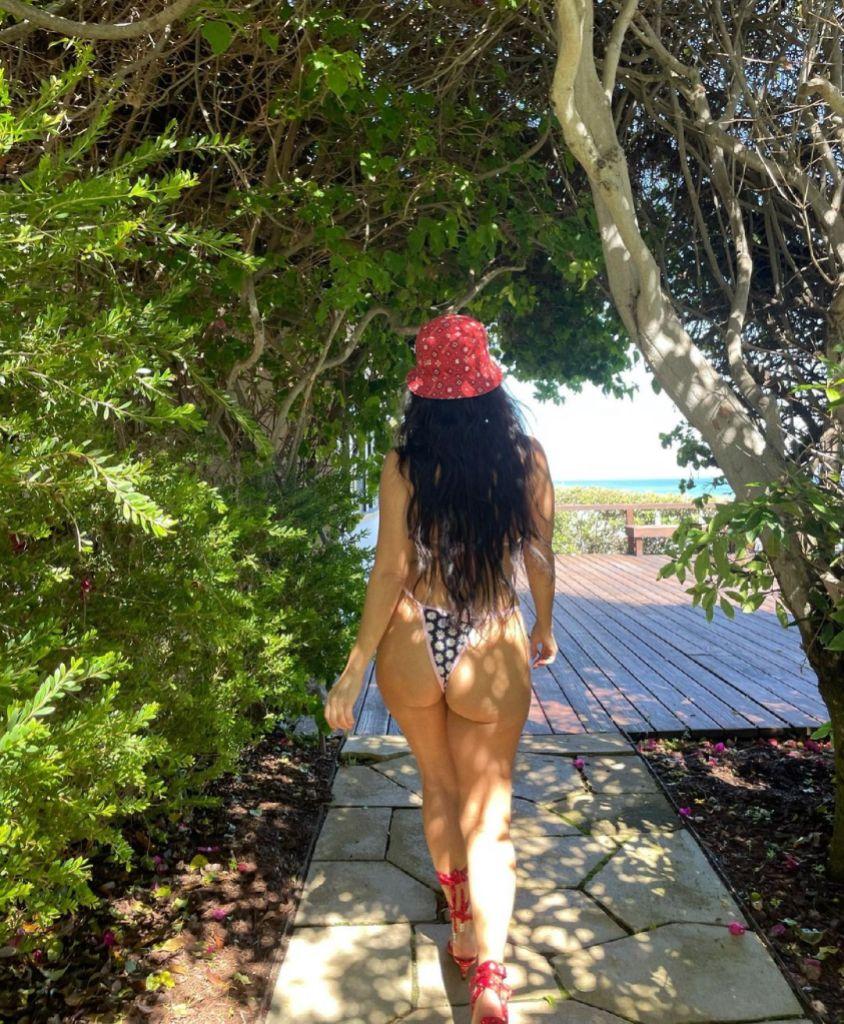 Sexiest Kardashian Bikini Photos Kourtney Kardashian